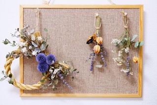 テーブルの上の花の花瓶の写真・画像素材[997369]