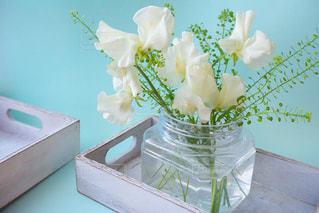 テーブルの上の花の花瓶の写真・画像素材[1030105]