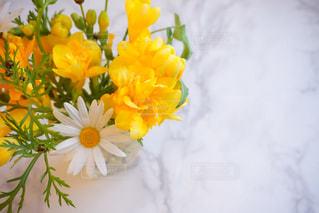 白と黄色の花で一杯の花瓶の写真・画像素材[1059980]