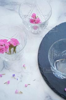 テーブルにバースデー ケーキのプレートの写真・画像素材[1084285]