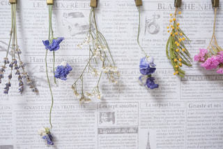 テーブルの上の花の花瓶の写真・画像素材[1120581]