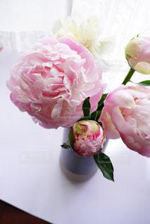 テーブルの上に花瓶の花の花束の写真・画像素材[1215795]