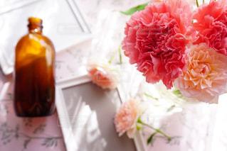 テーブルの上の花の花瓶の写真・画像素材[1223636]
