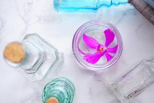 テーブルにプラスチック製のウォーター ボトルの写真・画像素材[1326193]