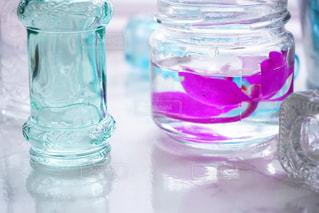 テーブルの上の水のボトルの写真・画像素材[1326195]