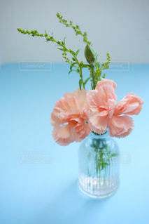 テーブルの上の花の花瓶の写真・画像素材[1357019]