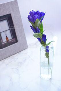 紫色の花一杯の花瓶の写真・画像素材[1381441]
