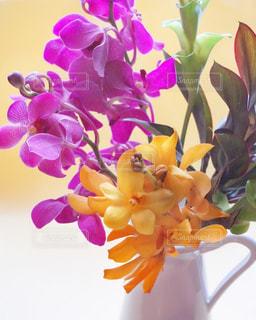 紫色の花一杯の花瓶の写真・画像素材[1381443]