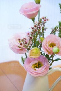 テーブルの上に花瓶の花の花束の写真・画像素材[1505355]