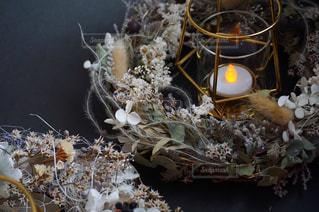 テーブルの上に卵と巣の写真・画像素材[1524405]