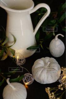 一杯のコーヒーとテーブルの上の花の花瓶の写真・画像素材[1524412]