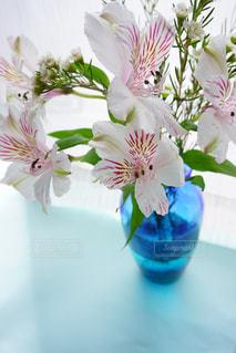テーブルの上に花瓶の花の花束の写真・画像素材[1540651]