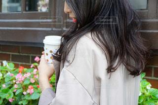 花を持つ女性の写真・画像素材[1542518]