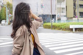 通りを歩く女性の写真・画像素材[1542520]