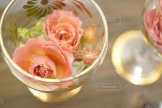 テーブルの上に食べ物のボウルの写真・画像素材[1557590]