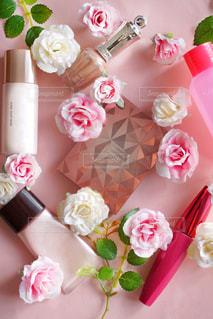 テーブルの上のピンクの花で一杯の花瓶の写真・画像素材[1563138]
