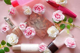 テーブルの上のピンクの花で一杯の花瓶の写真・画像素材[1566371]