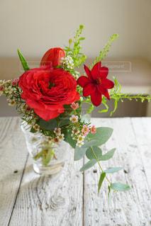 テーブルの上に花瓶の花の花束の写真・画像素材[1629065]