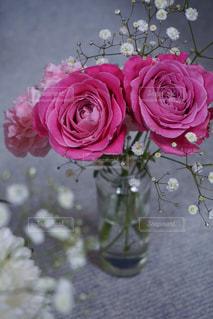 テーブルの上に花瓶の花の花束の写真・画像素材[1629066]