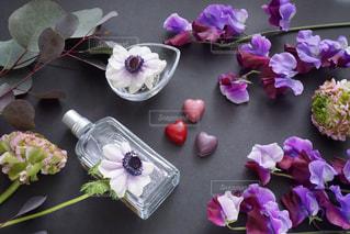 テーブルの上の紫色の花一杯の花瓶の写真・画像素材[1672086]