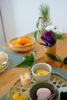 テーブルの上のコーヒー カップの写真・画像素材[1698618]