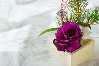 テーブルの上に座って花の花瓶の写真・画像素材[1711041]