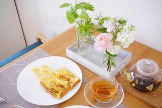 食品やコーヒー テーブルの上のカップのプレートの写真・画像素材[1823145]