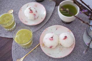 テーブルな皿の上に食べ物のプレートをトッピングの写真・画像素材[1853808]