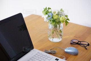 木製テーブルの上に座っているラップトップ コンピューターの写真・画像素材[1853810]