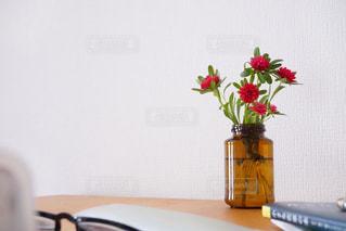 テーブルの上の花の花瓶の写真・画像素材[2107624]