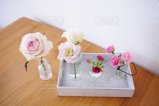 木製のテーブルの上に座っている花の花瓶の写真・画像素材[2107628]