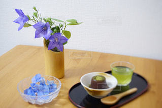 テーブルの上に座っている花瓶の写真・画像素材[2278581]