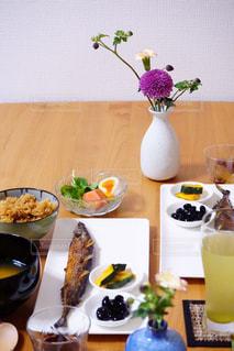 コーヒー1杯とテーブルの上の花瓶の写真・画像素材[2405552]