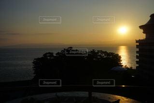 水の体の上の夕日の写真・画像素材[2449573]