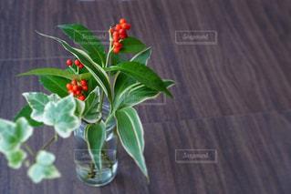 テーブルの上に花瓶の写真・画像素材[2902930]
