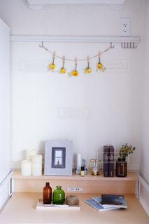 台所には、シンクと鏡があるの写真・画像素材[3204366]