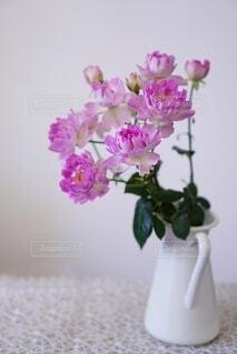紫色の花で満たされた花瓶の写真・画像素材[4044578]