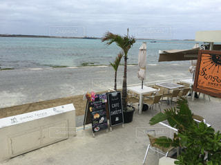 風の強い沖縄の浜カフェの写真・画像素材[343428]