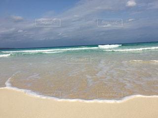 海の横にある砂浜のビーチの写真・画像素材[707601]