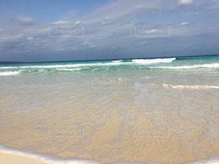海の横にある砂浜のビーチ - No.707602