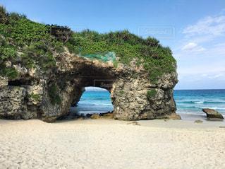 水の体の横にある岩のビーチ - No.707605