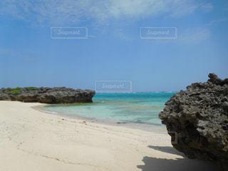 海の横にある砂浜のビーチの写真・画像素材[707607]