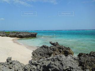 海の横にある岩のビーチの写真・画像素材[707609]
