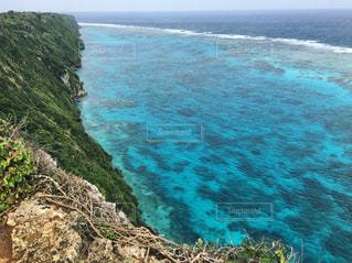 水の体の横にある岩の海岸の写真・画像素材[707675]