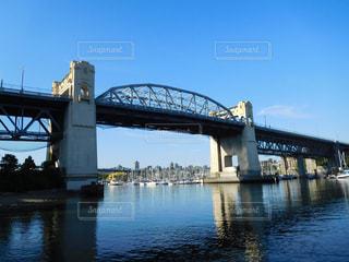 水の体の上の橋の写真・画像素材[707814]