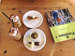 木製のテーブルの上に食べ物のプレートの写真・画像素材[708099]