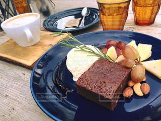 食品やコーヒー テーブルの上のカップのプレートの写真・画像素材[708103]