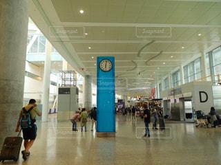 空港で荷物のカルーセルの周りに立って人々 のグループ - No.708194