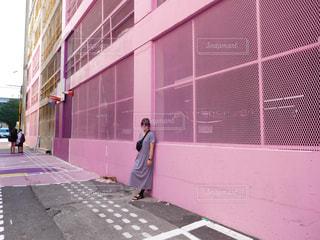 建物前の歩道を歩いて女性の写真・画像素材[709337]