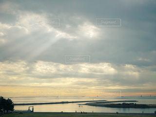 水体の上空で雲のグループ - No.1003016